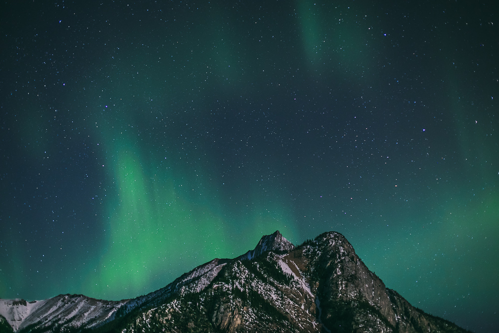 Northern-lights-alberta-canada-banff-rock-mountains-1