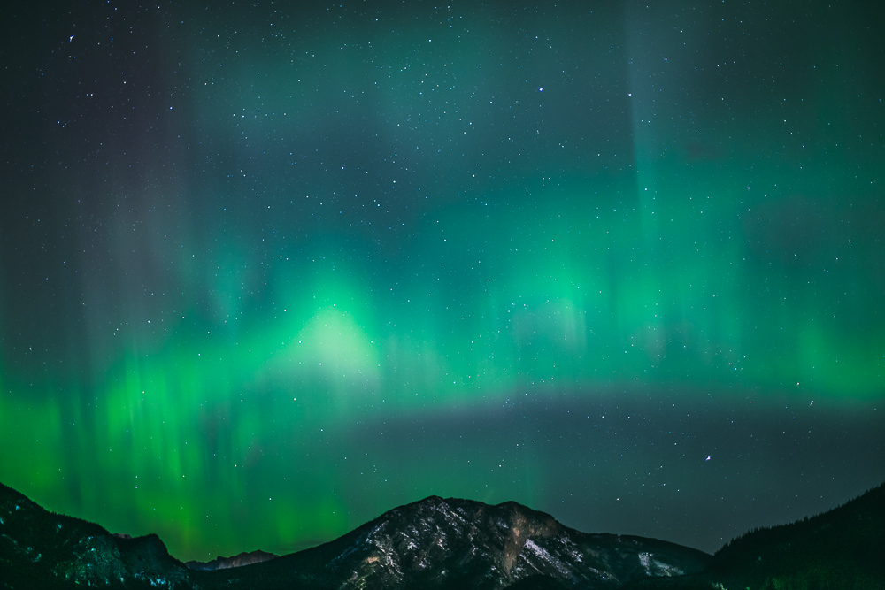 Northern-lights-alberta-canada-banff-rock-mountains-2